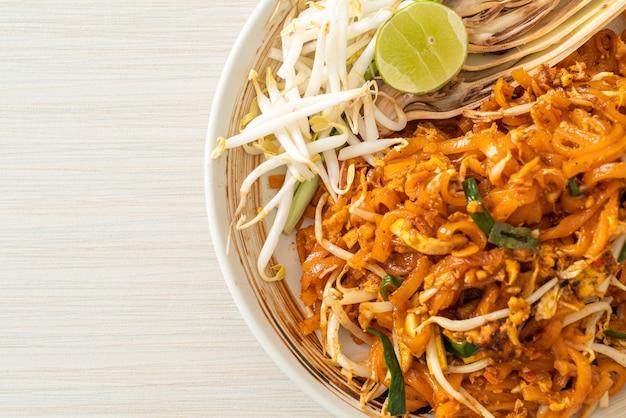 Noodle saltati in padella con tofu e germogli o pad thai - cucina asiatica