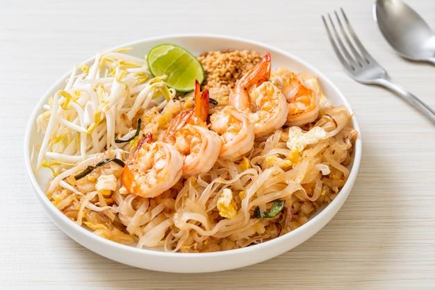 Noodles saltati in padella con gamberi e germogli o pad thai - cucina asiatica
