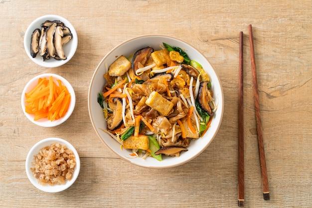 Noodles saltati in padella con tofu e verdure - stile vegano e vegetariano