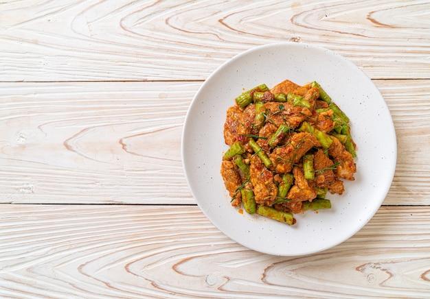 Mescolare il maiale fritto e la pasta di curry rosso con il fagiolo pungiglione - stile di cibo asiatico