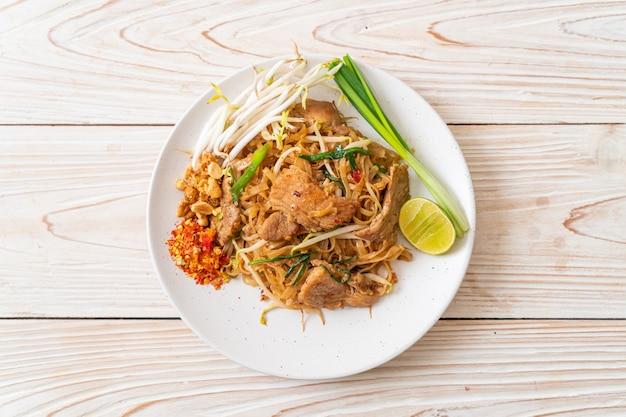 Spaghetti di riso saltati in padella con maiale in stile asiatico