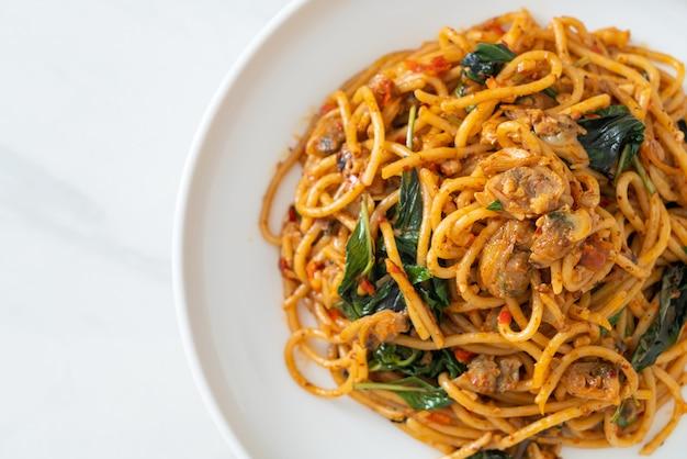 Spaghetti saltati in padella con pasta di vongole e peperoncino - fusion food style