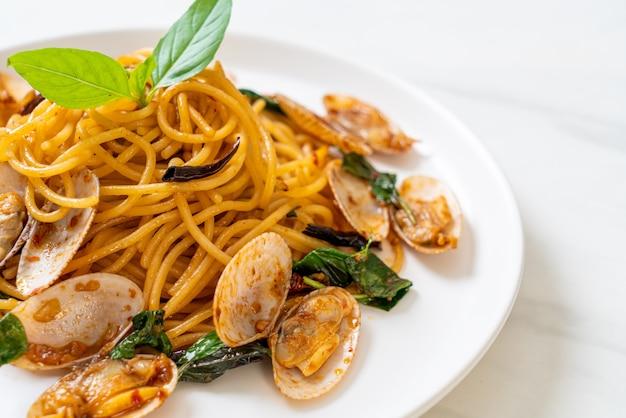 Spaghetti saltati in padella con vongole, aglio e peperoncino - stile di cucina fusion