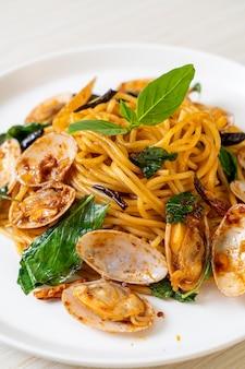 Spaghetti saltati in padella con vongole e aglio e peperoncino - stile fusion