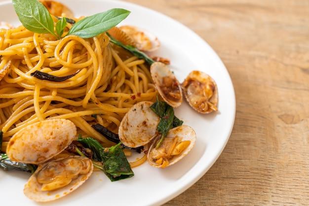 Spaghetti saltati in padella con vongole, aglio e peperoncino