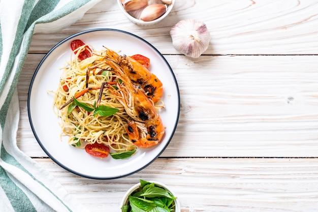 Spaghetti saltati in padella con gamberi e pomodori grigliati
