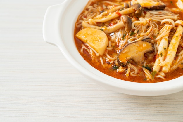 Funghi piccanti saltati in padella con zuppa tom yum - stile vegano e vegetariano