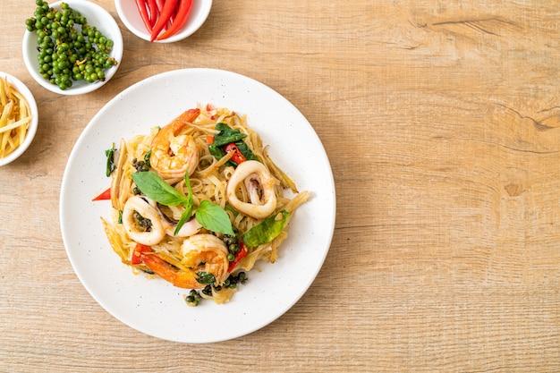 Tagliatelle piccanti saltate in padella con frutti di mare (pad cha talay) - stile tailandese