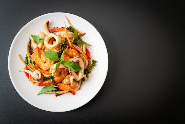 Fritto in padella di frutti di mare piccanti (pad cha talay) - stile di cibo tailandese