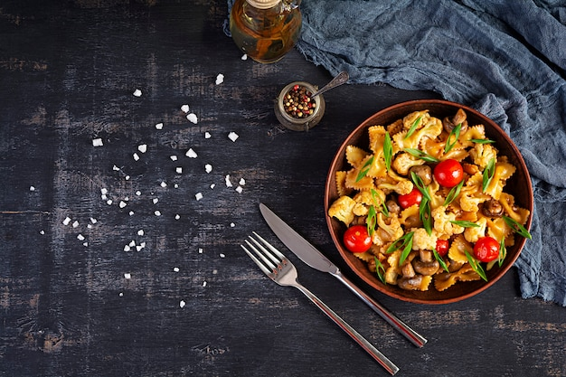 Mescolare la pasta con verdure, cavolfiore e funghi. vista dall'alto