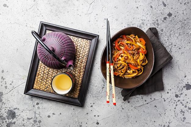 Saltare in padella gli udon noodles