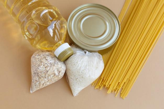 Scorta di cibo set di prima necessità per chi ha bisogno. frutta e verdura in scatola e pasta olio e cereali