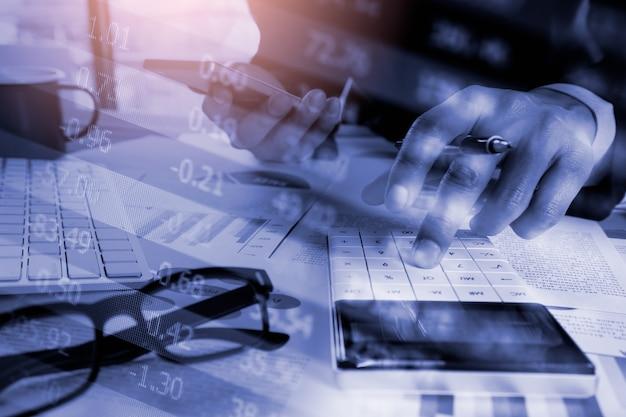 Mercato azionario e uomo d'affari con la calcolatrice