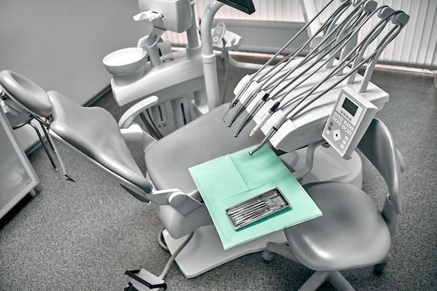 Strumento stomatologico nella clinica dei dentisti. lavoro dentale in clinica. operazione, sostituzione dei denti. medicina, salute, concetto di stomatologia. ufficio in cui il dentista conduce l'ispezione e conclude.