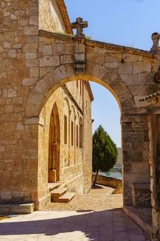 Arco in pietra accanto alla vecchia chiesa nella città di segovia. maderuelo spagna.