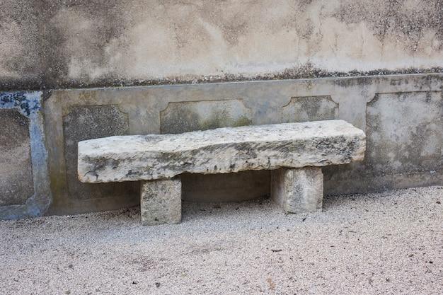 Panchina in pietra nel parco cittadino all'aperto