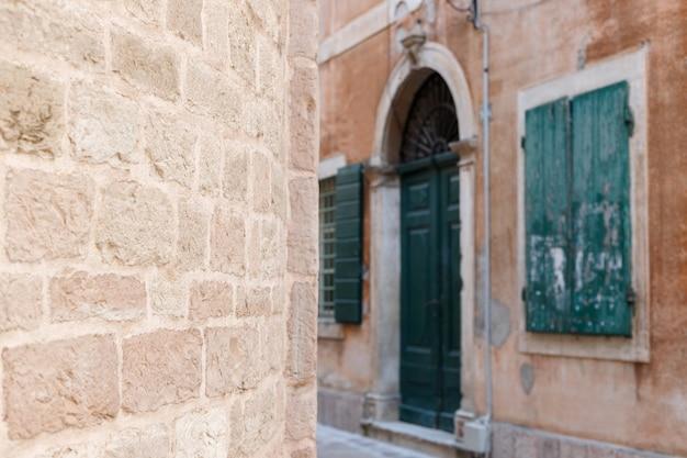 Muro di pietra marrone sullo sfondo della città vecchia. sfondo
