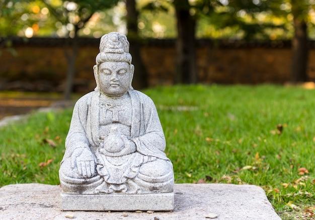 Statua del buddha di pietra in un tempio vicino a gyeongju, corea del sud.