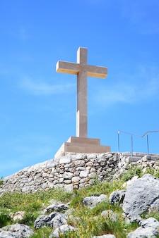 Croce di pietra sulla collina sopra dubrovnik, croazia