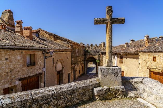 Croce di pietra nella città medievale di segovia. maderuelo spagna.
