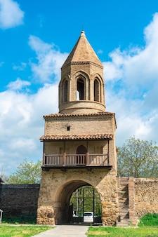 Recinto di pietra della vecchia chiesa ortodossa samtavisi, georgia, culture
