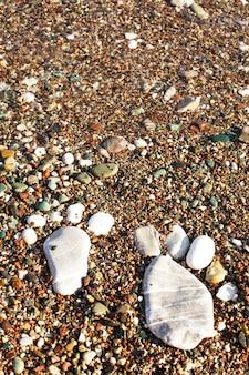 Piedi di pietra sulla spiaggia. spa o concetto di vocazione. mare adriatico
