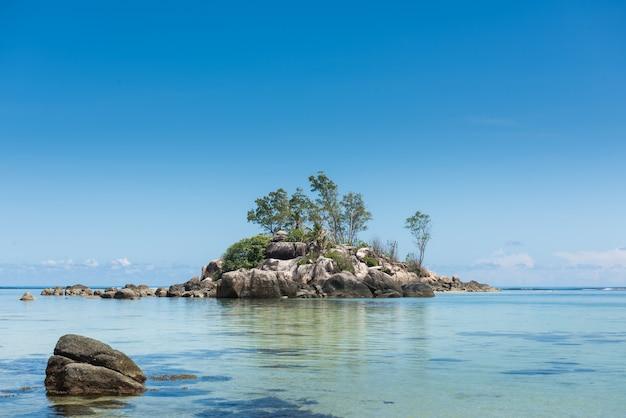 Mini isola della collina di pietra all'oceano indiano