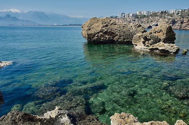 Isole di pietra sulla spiaggia a pagamento a antalya turca.