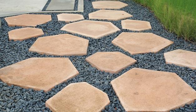 Sentiero in pietra a piedi su ghiaia in giardino