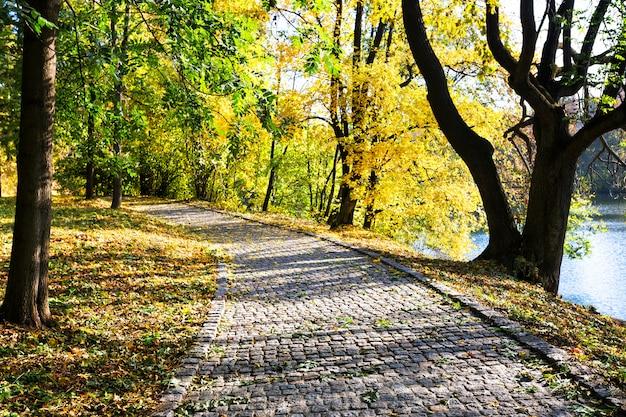 Un sentiero di pietra su un lago