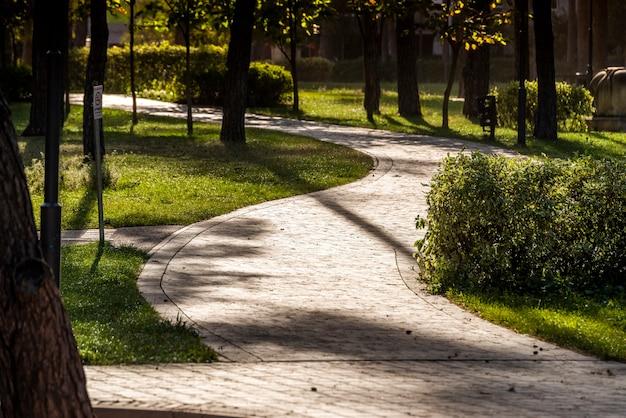 Sentieri in pietra nella piazza per passeggiate tra paesaggi paesaggistici