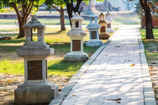 Percorso di pietra nel parco estivo verde