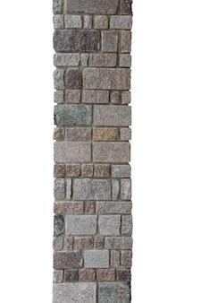 Pilastro di pietra di mattoni multicolori isolato su sfondo bianco