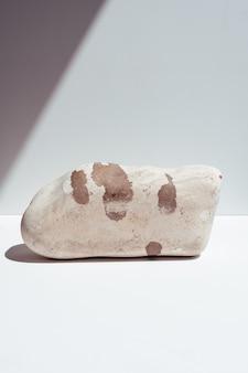 Podio in pietra per esporre prodotti o cosmetici. tendenze ecologiche. posto per il testo