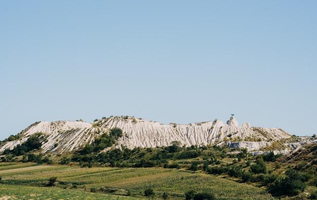 Paesaggio di cava di pietra con cielo