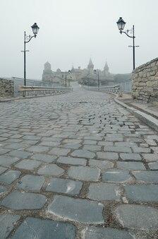 Strada di pietra che conduce all'antico castello di kamianetspodilskyi ucraina
