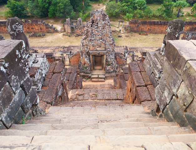 Scaletta di roccia di pietra all'antica architettura del tempio khmer buddista rovina di pre rup nel complesso di angkor wat, siem reap cambogia.