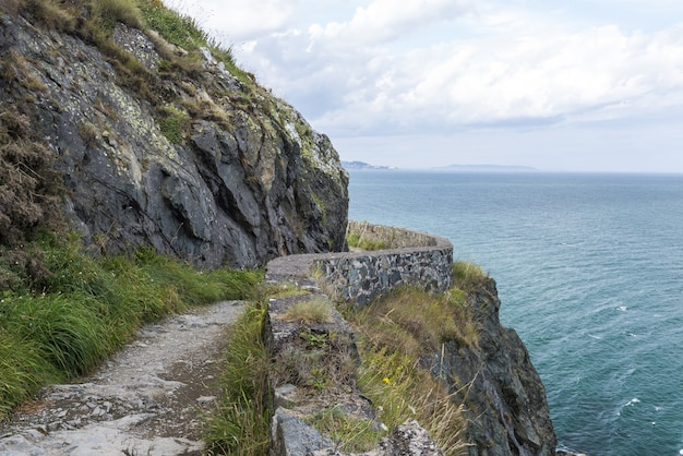 La pietra oscilla il percorso d'escursione della montagna al litorale irlandese. bray, greystone