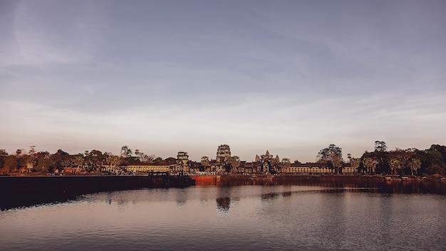 Rovine di pietra del complesso del tempio di angkor wat più grande monumento religioso e sito del patrimonio mondiale dell'unesco. antica architettura khmer con murales e sculture in pietra. incredibile viaggio a siem reap, in cambogia?