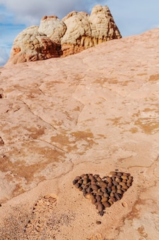 Pietra impilata a forma di cuore nelle splendide montagne di arenaria. il giorno di san valentino concetto.
