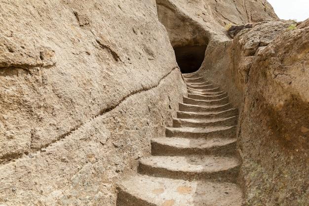 Gradini in pietra delle grotte del monastero vardzia georgia vardzia è un sito di un monastero rupestre scavato