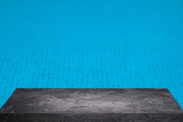 Superficie di pietra su sfondo blu sfocato