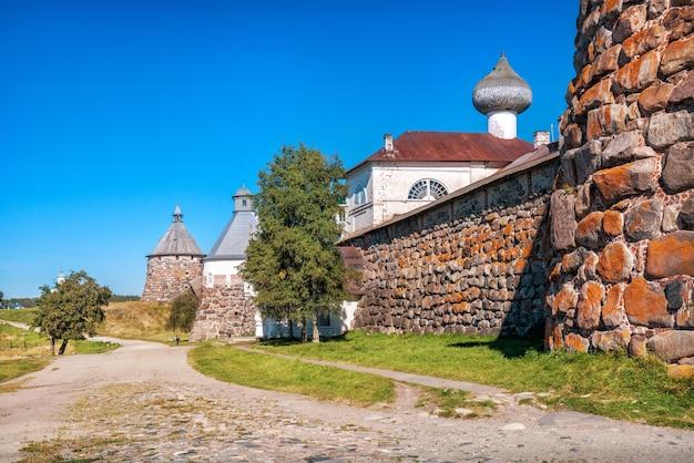 Torri di pietra e templi del monastero di solovetsky sulle isole di solovetsky sotto il cielo blu
