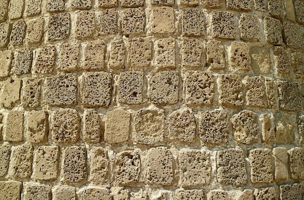 Muro di pietra dell'antico forte del bahrain, sito patrimonio mondiale dell'unesco a manama, bahrain