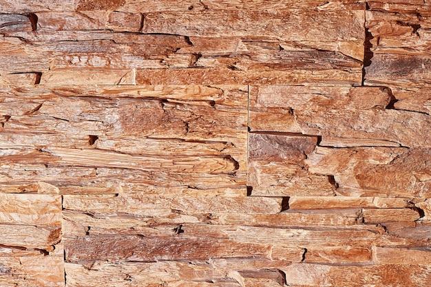 Struttura del muro di pietra con luce intensa, primo piano