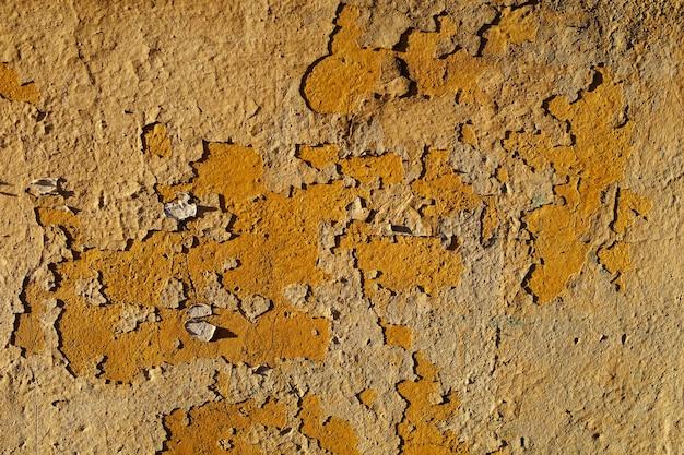 Muro di pietra con vecchia vernice bianca incrinata. foto di alta qualità