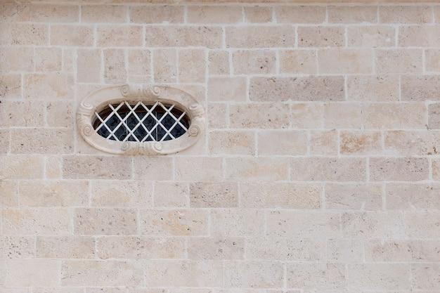 Muro di pietra con finestra in stile vintage
