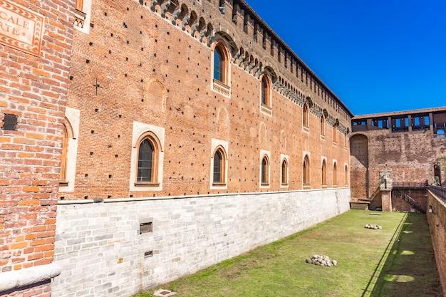 Muri in pietra del castello sforzesco di milano, italia
