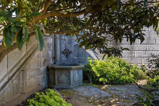 Pozzo in pietra nel bellissimo parco paesaggistico del palazzo livadia sulla costa del mar nero yalta crimea