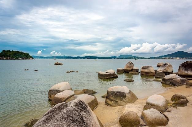 Le pietre nel mare estratto isole della malesia